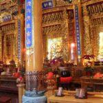Oltář v jendom z hlavních chrámů.