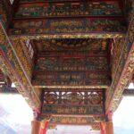 Zdobený strop v chrámě.