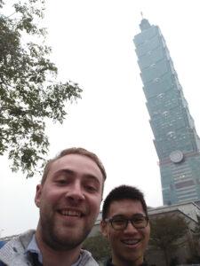 Photo n.1: den bez spánku, dvě brady, časový posun = krásnej, zdravej Sigi (v pozadí Taipei 101, thanks Benny)