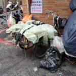 Takováto vozítka používají třídiči na převoz odpadu do výkupny.